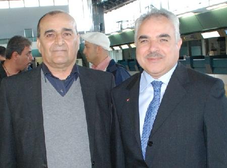 Filippo Fortunato Pilato e l'ambasciatore siriano Hasan Khaddour (alle spalle Oudai Ramadan e Paolo Sensini) all'aeroporto di Fiumicino (Roma)