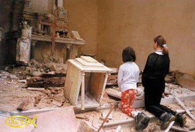bambini-in-preghiera-chiesa-distrutta