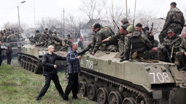 Activists block a collumn of Ukrainian men riding on Armoured Personnel Carriers in the eastern Ukrainian city of Kramatorsk on April 16, 2014 (AFP Photo / Anatoly Stepanov)